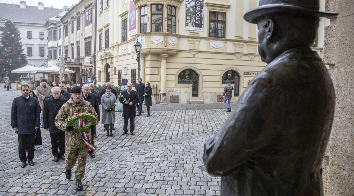 Idén is megkoszorúzták a város, valamint  a közintézmények vezetői Thurner Mihály szobrát