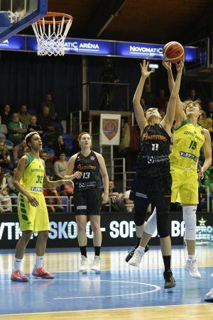 Tina Jovanovic (j) és Candice Dupree (b), a Sopron Basket, valamint a Carolo Basket játékosai az Euroliga-mérkőzésen Sopronban Fotó: MTI/Nyikos Péter