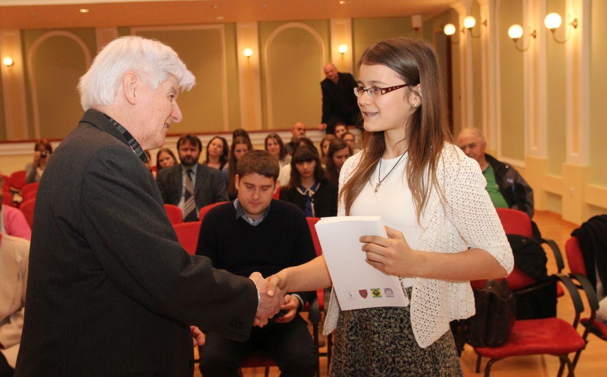 Hegyi Ferenc, a Soproni Irodalmi Társaság elnöke Kovács Borbálának, a Fergeteges negyvenes kategória 1. helyezettjének gratulált Fotó: Németh Péter