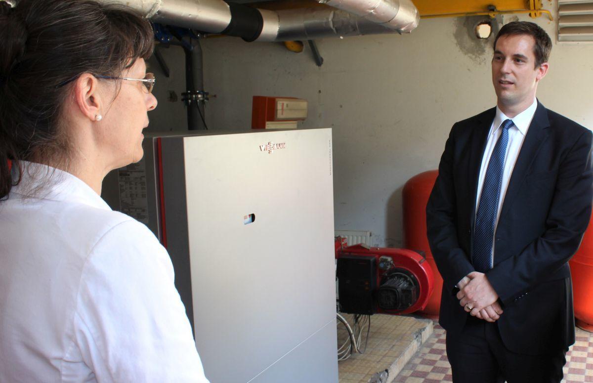 A Doborjáni új kazánját mutatja Krutzlerné Szarka Tünde dr. Solti Péternek. A beruházás része volt a tankerület 210 milliós fejlesztésének. Fotó: Leczovics Zsolt