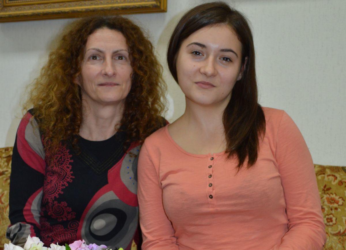 Kuslics Ágnes kertészeti munkaközösség-vezető és Török Vivien virágkötő tanuló