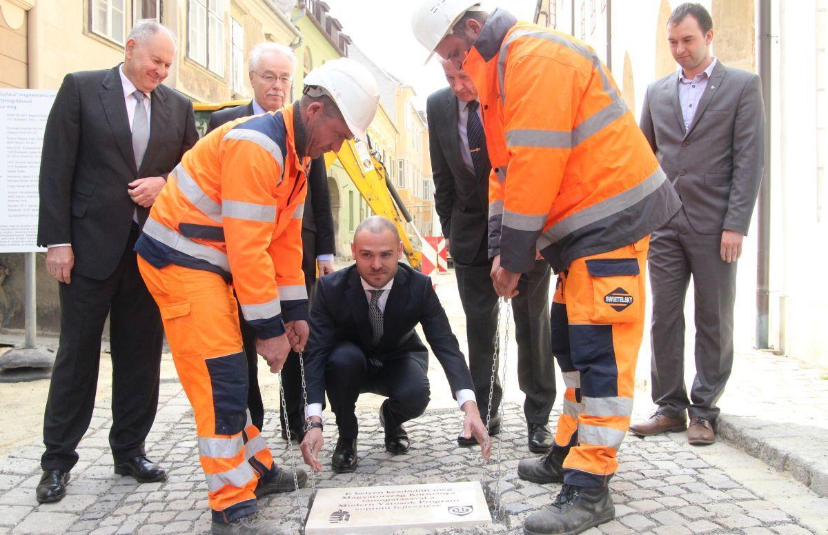 Csepreghy Nándor miniszterhelyettes jelenlétében tették le a Modern Városok soproni programjának kezdetét jelző alapkövet Fotó: Németh Péter