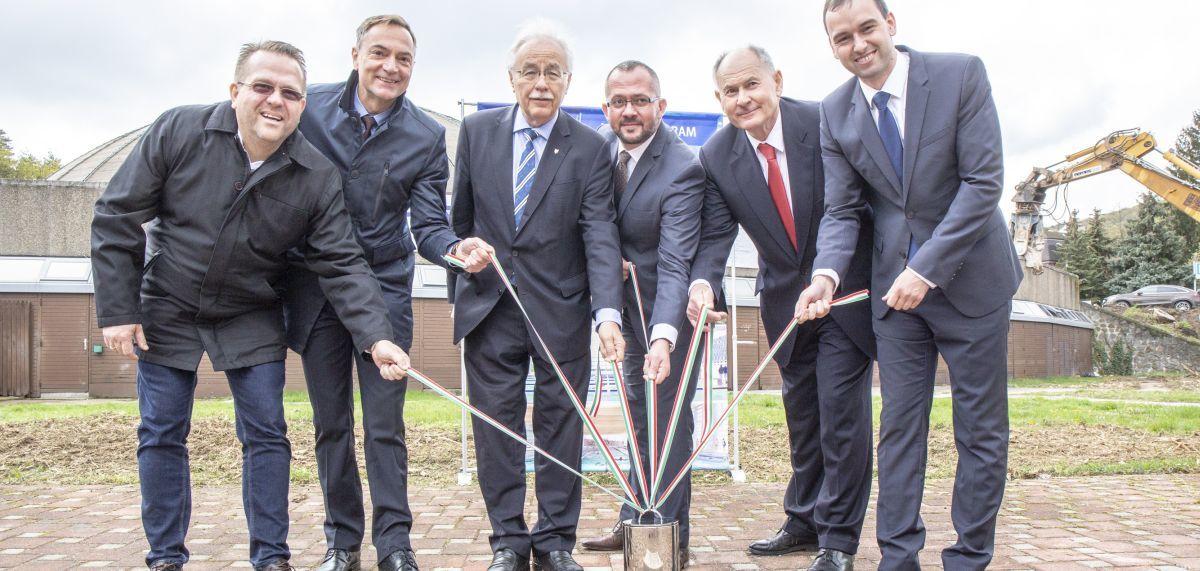 A városvezetés és a kivitelező képviselői együtt tették le az új uszoda alapkövét