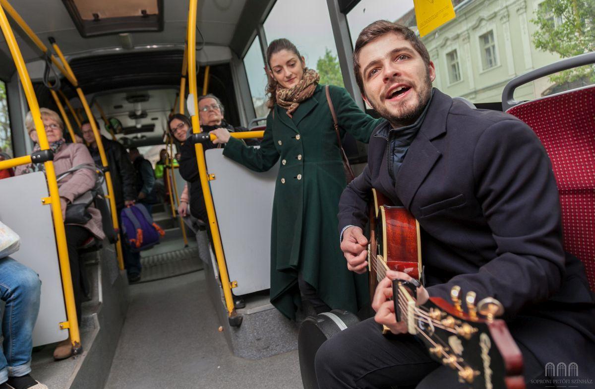 Papp Attila és Szlúka Brigitta buszra szálltak és ott népszerűsítették  a magyar költők verseit a költészet napján